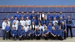 Dachdecker-Dieter-Ahrens-Gruppenfoto-Hintergrund-Solardach