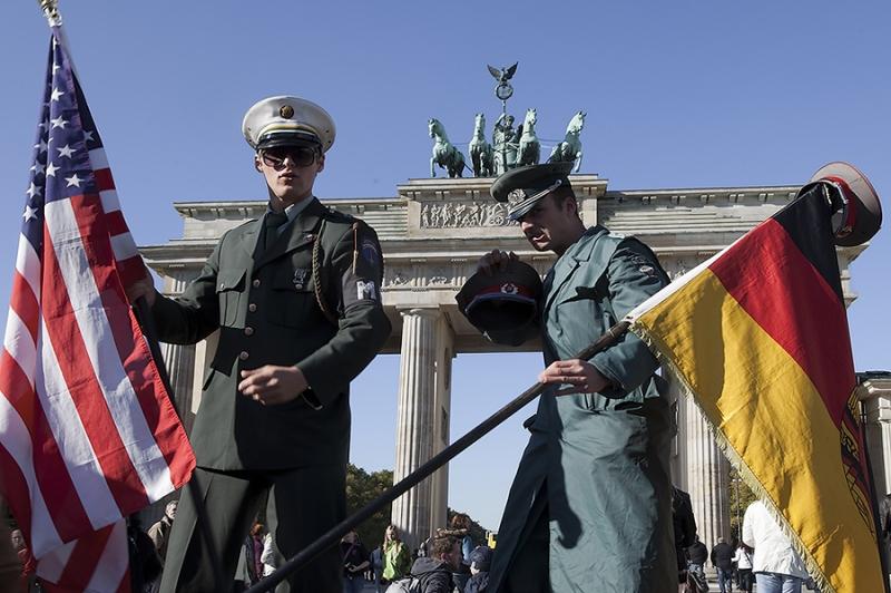 4091G-Militär-vor-dem-Brandenburger-Tor-Berlin
