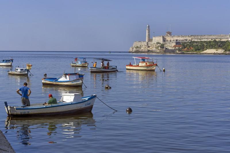 5277Sa-Fischerboote-Hafen-Havanna-Cuba-mit-Leuchtturm1