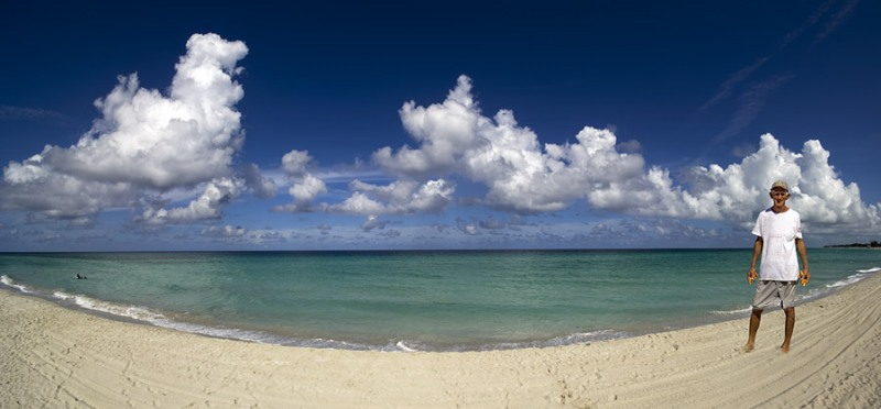 5892Sa-Strandpanorama-Varadero-Cuba-Karibik-mit-altem-Mann-ohne-Werbung