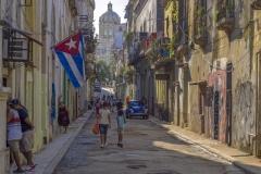 5294Sa-Havanna-Gasse-Cuba-mit-Fahne-und-Capitol