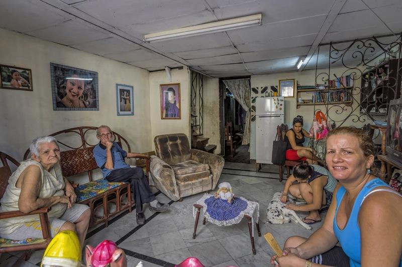 5637Sa-Familie-im-Wohnzimmer-Cuba-Havanna1
