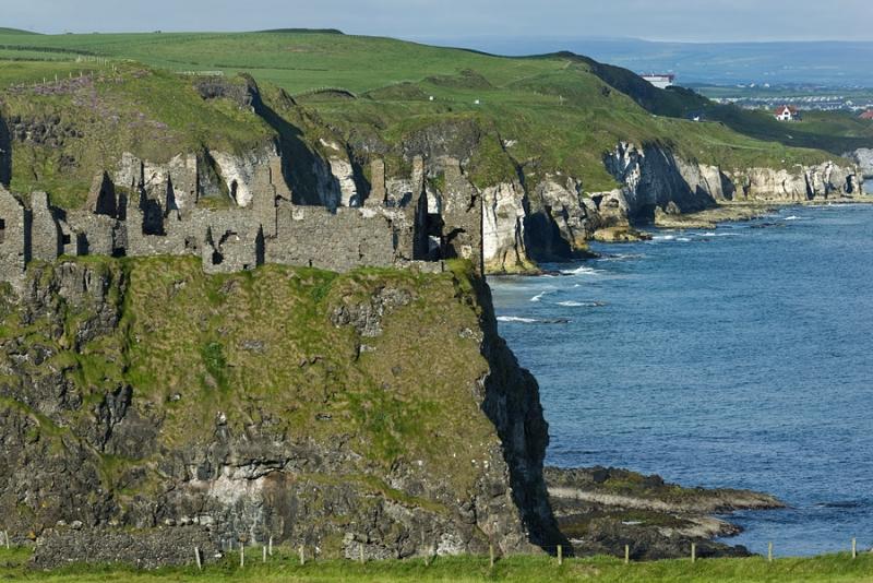 1690P Weisses Kliff mit Klosterruine Nordirland
