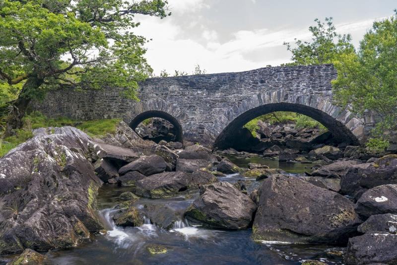 2483P  alte Brücke am Fluss Ring of Kerry Irland