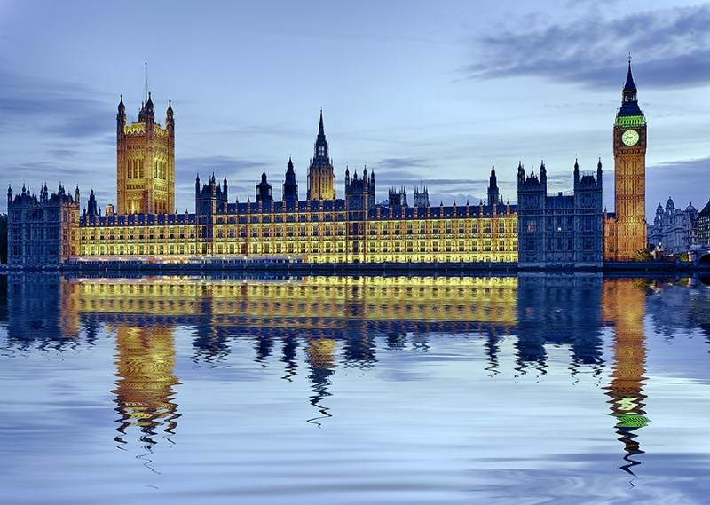 Houses of Parlaments London beleuchtet Spiegelung