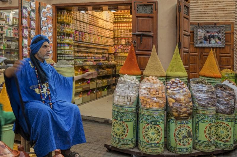 0831R-Marrakesch-Medina-Souk-Street-mit-Marokkaner-6455i