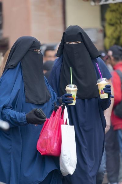 1053R-verschleierte-Frauen-Gasse-Medina-Marrakesch