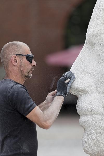 Bildhauer beim Modelieren
