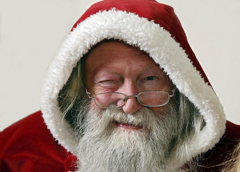 Weihnachtsmann mit Augenzwinkern