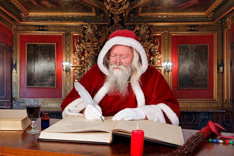Weihnachtsmann im goldenen Saal
