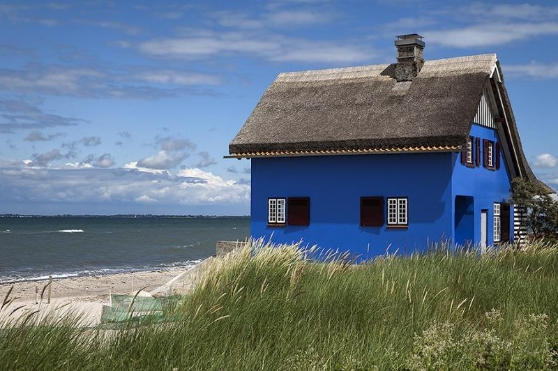 3668E blaues  ReetdachHaus am Ostseestrand