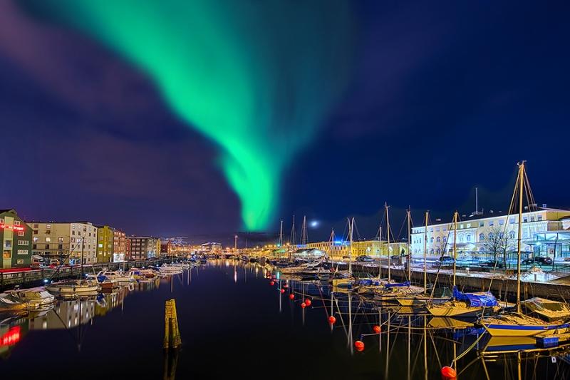 1233L-37L-Trondheim-Norwegen-bei-Nacht-beleuchtet-Nordlicht