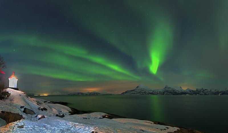 1381L-1382L-Nordlicht-am-Leuchtturm-Tysfjord-Norwegen