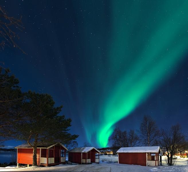 1634L-Hütten-am-Tysfjord-beleuchtet-mit-Nordlicht