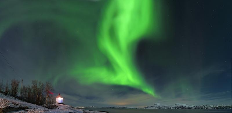 1863L-65L-67L-Tysfjord-mit-Leuchtturm-und-Polarlicht-Panorama