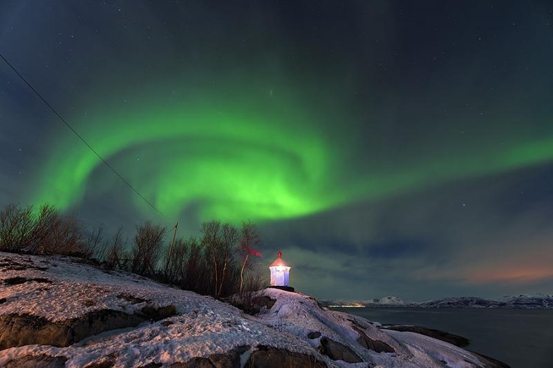 1869L-Nordlicht-am-Tysfjord-mit-Leuchtturm