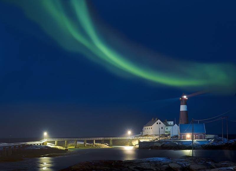 1954L-Leuchtturm-Hamaroy-mit-Nordlicht-Norwegen