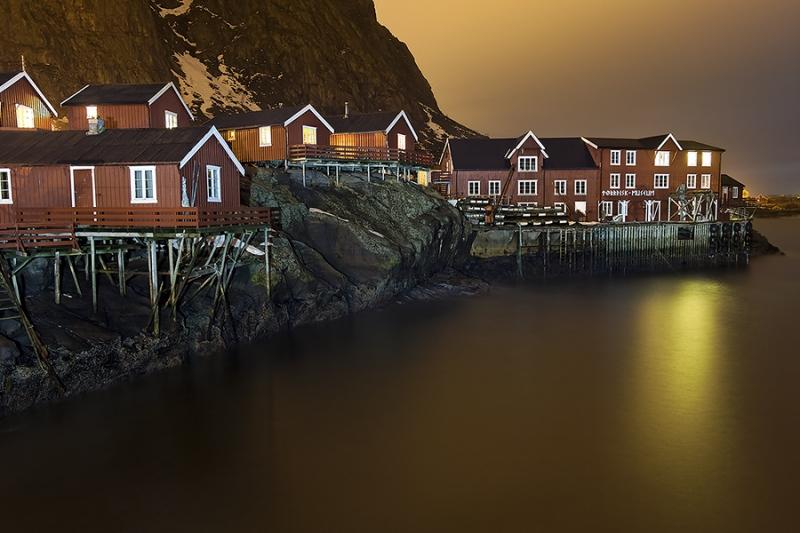 8456GH-Fischerhäuser-Am-Hafen-in-A-Lofoten-beleuchtet