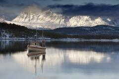 1976L-Boot-im-Fjord-Winterlandschaft-Nordnorwegen