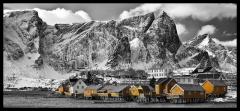 8202G-03G-Lofoten-bei-Reine-Panorama-SW-mit-gelben-Häusern
