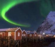 8545G-Fischerhütten-Hafen-Reine-Lofoten-beleuchtet-mit-Nordlicht