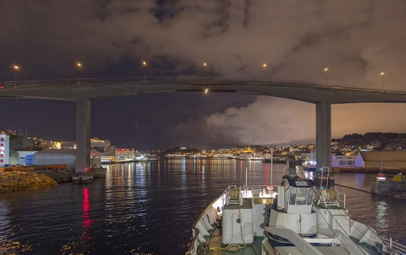 7706R-Hafeneinfahrt-Kristiansund-Norwegen-Hurtigrutenschiff-Nacht-Winter
