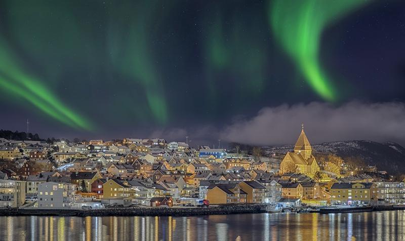 7734Rff-Hafen-Kristiansund-Norwegen-vom-Hurtigrutenschiff-Nacht-Winter-Nordlicht