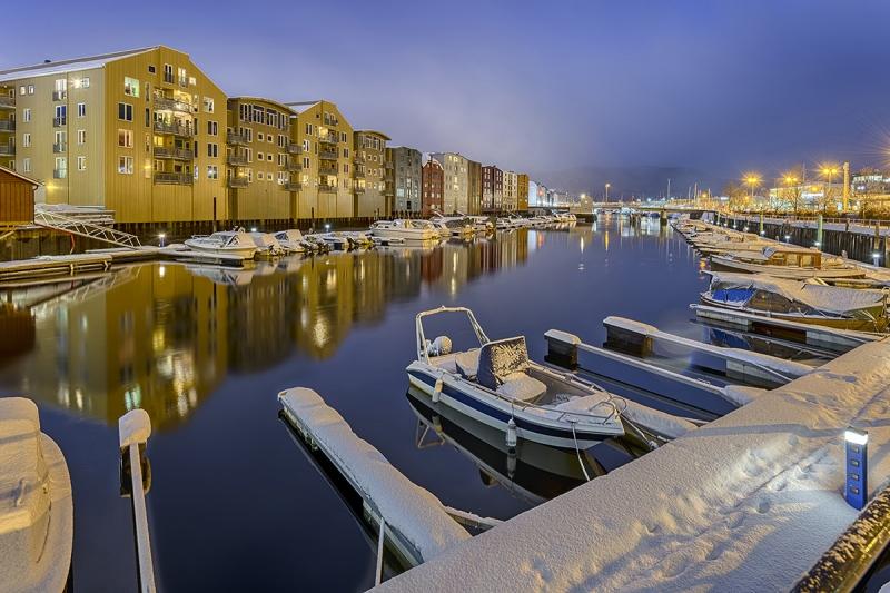 7766R-74R-Trondheim-Winter-historische-Lagerhäuser-mit-Hafen-Nacht