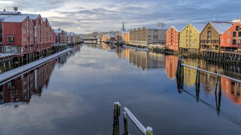 7900R-Trondheim-Winter-Bakklandet-historische-Lagerhäuser-Winter-Sonne
