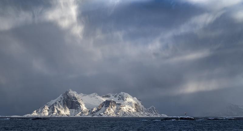 7919R-Norwegen-Winter-Berge-mit-Leuchtturm