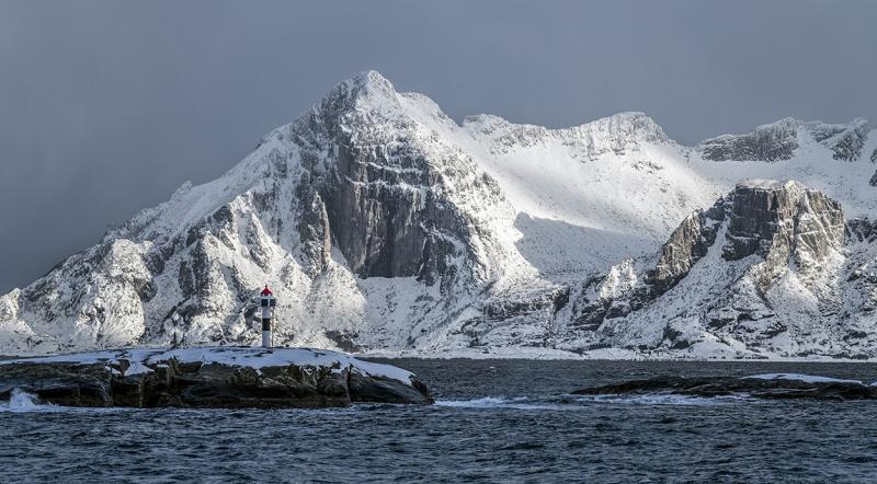 7926R-Norwegen-Wasser-Winter-Berge-mit-Leuchtturm