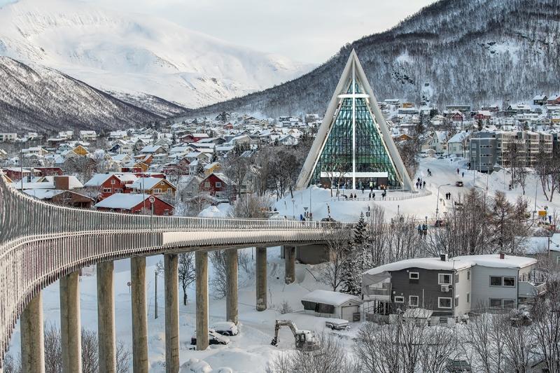 8084R-Tromso-Norwegen-Winter-Brücke-mit-Eismeerkathedrale