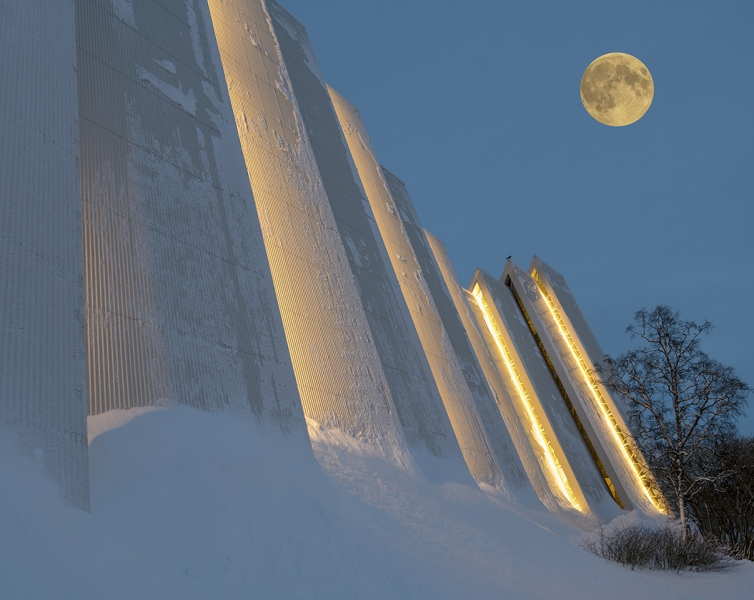 8139R-Tromso-Norwegen-Winter-Eismeerkathedrale-Detail-mit-Mond