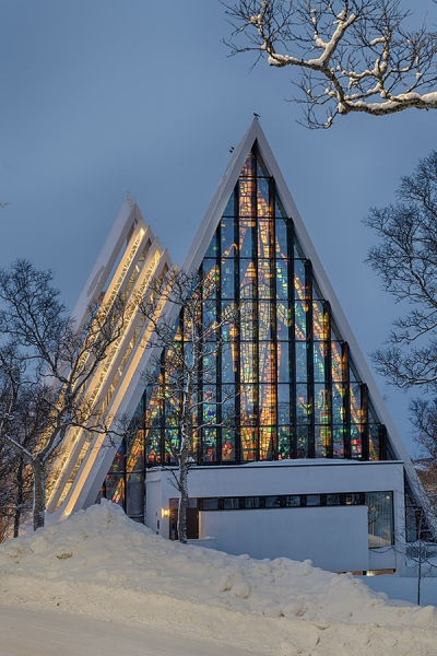 8146R-52R-Tromso-Norwegen-Winter-Eismeerkathedrale-beleuchtet