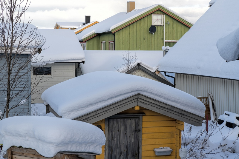 8283R-schneebedeckte-Holzhäuser-Norwegen-Kirkenes