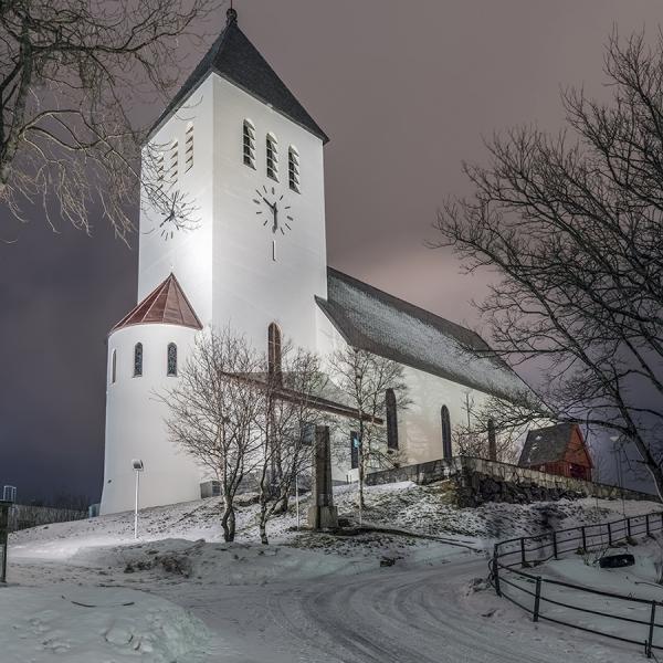 8538R-Kirche-Svolvaer-Lofoten-beleuchtet-Winter