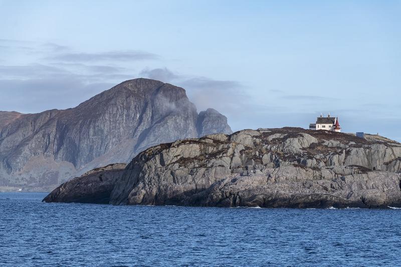 8819R-einsames-Haus-mit-Leuchtturm-Norwegen