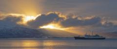 8425R-Sonnenaufgang-am-Fjord-Norwegen-Hurtigruten-MS-Lofoten-Panorama