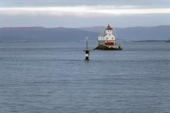 8784R-Einsames-Haus-mit-Leuchtturm-am-Fjord-Norwegen-Hurtigruten