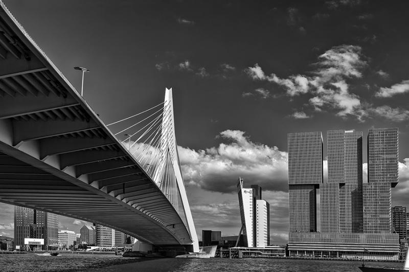 0709S-Rotterdam-Erasmusbrücke-und-Skiline-Wolken-über-dem-Rhein-SW