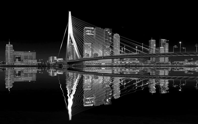 0811S-Rotterdam-Erasmusbrücke-und-Skiline-beleuchtet-Spiegelung-im-Rhein-SW