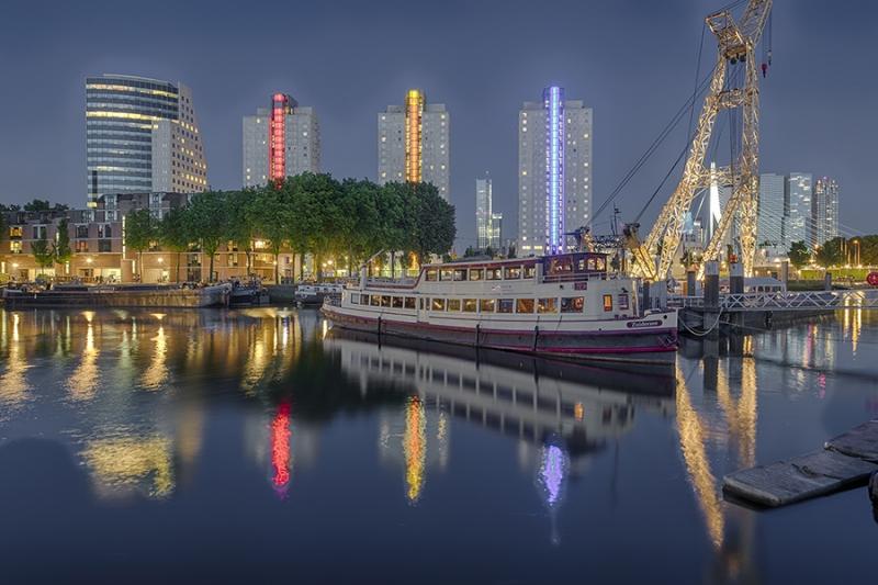 0834S-42S-Rotterdam-Erasmusbrücke-und-Skiline-beleuchtet
