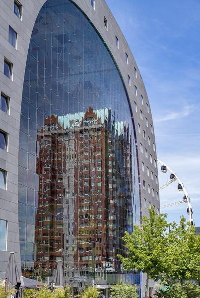 1009S-Spiegelung-in-der-Markthalle-Rotterdam