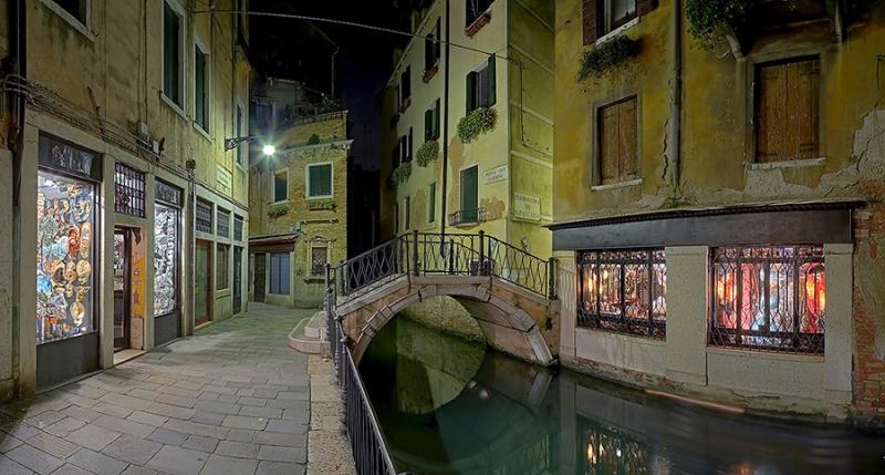 826-865B-Panorama-Gasse-Venedig-mit-Masken-HDR-ok