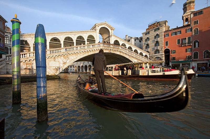 8747D-Gondel-vor-Rialtobrücke-Venedig