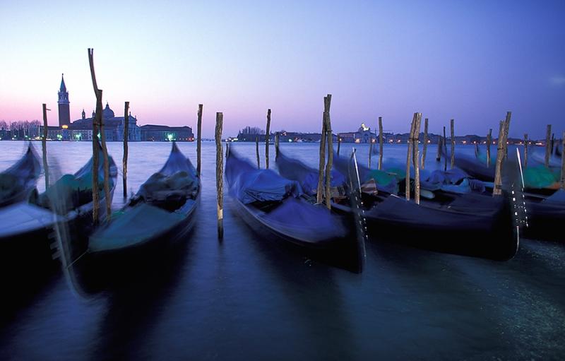 Venedig-Gondeln-im-Morgengrauen