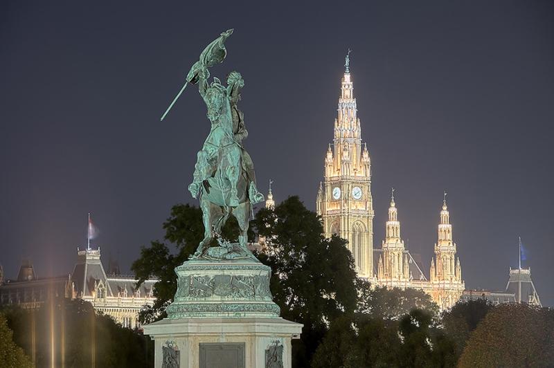 5053D-50D-Statue-Erzherzog-Karl-auf-dem-Heldenplatz-vor-Rathaus-Wien-beleuchtet-HDR