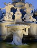 6697F-99F-Brunnen-vor-dem-Parlament-Wien-Detail-DRI